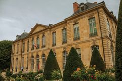 De bouw en de tuinen van Rodin Museum op bewolkte dag in Parijs Royalty-vrije Stock Foto