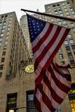 De bouw en U S vlag - Chicago Stock Afbeeldingen