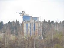 De bouw en de workshop van de zandsteengroeve met op zwaar werk berekende machines Bouwnijverheid horizontaal stock afbeelding
