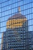 De bouw in Glas van de Andere Bouw wordt weerspiegeld, Boston, Massachusetts dat Stock Afbeeldingen