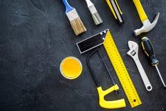 De bouw, het schilderen en reparatie de hulpmiddelen voor het werkplaats van de huisaannemer plaatsen donkere achtergrond hoogste Stock Foto
