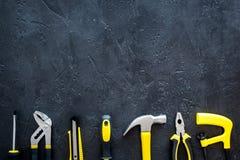 De bouw, het schilderen en reparatie de hulpmiddelen voor het werkplaats van de huisaannemer plaatsen donkere achtergrond hoogste Stock Fotografie