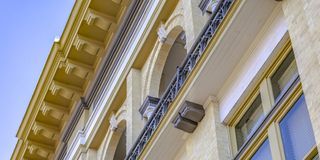 De bouw met bakstenen muur en balkon royalty-vrije stock foto