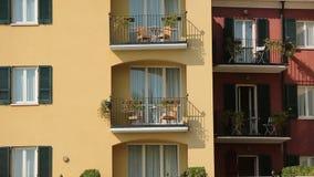 De bouw met balkons en bloemen stock footage