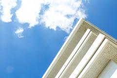 De bouw met blauwe hemel Royalty-vrije Stock Afbeeldingen