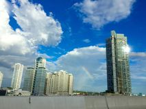 De bouw met blauwe hemel Stock Fotografie