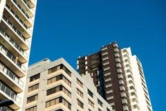 De bouw met blauwe hemel Stock Foto's