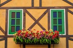 De bouw met bloemdecoratie Stock Foto