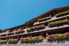 De bouw met bloemdozen Stock Foto