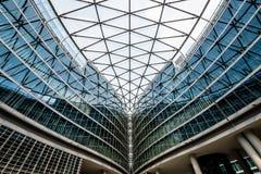 De bouw met bogen en venstersvoorbeeld van moderne architectuur Stock Foto