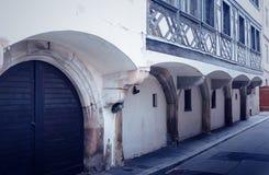 De bouw met bogen over deuren en vensters Royalty-vrije Stock Foto