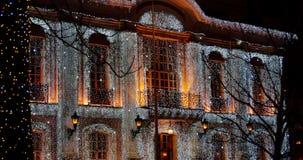 De bouw met de decoratie van vele Kerstmislichten stock video