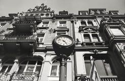 De bouw met een klok in de voorgrond Royalty-vrije Stock Foto's