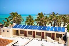 De bouw met een zonnepaneel Stock Foto's