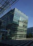 De bouw met Glasvoorgevel Royalty-vrije Stock Foto's