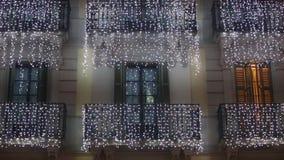 De bouw met Kerstmislichten stock footage