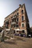 De bouw met krommenhoek Stock Foto's