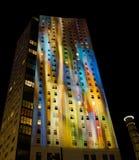 De bouw met licht patroon tijdens lightshowGloed Stock Foto