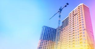 De bouw met meerdere verdiepingen in aanbouw De bouw Onvolledig huis Opheffende kraan Het concept ontwikkeling royalty-vrije stock fotografie