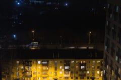 De bouw met mensensilhouetten in vensters Mensen waite bus op busstop met verkeerslicht Luchtpanorama van toren royalty-vrije stock afbeeldingen