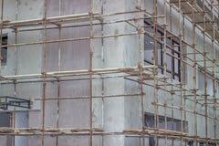 De bouw met steiger bij bouwwerf 2 wordt behandeld die Royalty-vrije Stock Foto