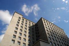 De bouw met vele vensters Stock Fotografie