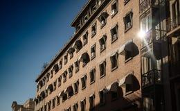 De bouw met vensters en zonbezinning royalty-vrije stock foto