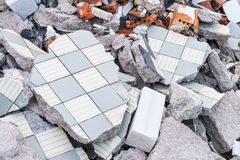 De bouw puinhoop van gebroken tegels, bakstenen en beton royalty-vrije stock foto