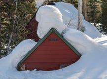 De bouw in Sneeuw diep wordt begraven die royalty-vrije stock afbeeldingen