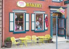 De bouw van de bakkerijwinkel voorgevel met uithangbord Stock Foto