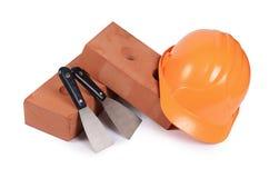 De bouw van baksteen met een helm Stock Afbeeldingen