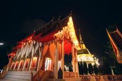 De bouw van boeddhistische tempel bij nacht Phuket, Thailand Stock Foto's