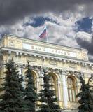 De bouw van Centrale Bank van Rusland met vlag onder hemel met donkere wolken Stock Afbeelding