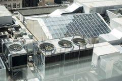 De bouw van dak met dakraam en vele ac verenigt zich en ventilators royalty-vrije stock fotografie