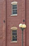 De Bouw van de baksteen met de post van de Lamp Stock Foto's