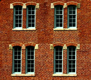 De bouw van de baksteen met vensters Stock Foto