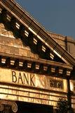 De bouw van de bank bij zonsondergang Stock Foto