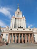 De bouw van de belangrijkste voorgevel van de Universiteit van de Staat van Moskou in de middag royalty-vrije stock foto