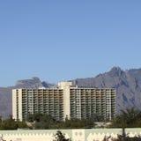 De bouw van de binnenstad die door Santa Catalina-bergen, Tucson, AZ wordt beschermd royalty-vrije stock afbeeldingen