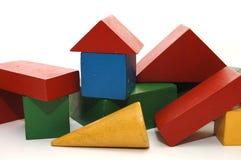 De bouw van de blokken van houten kleurrijke kinderen Stock Foto's