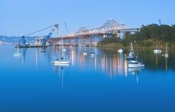 De Bouw van de Brug van de Baai van San Francisco bij Schemering Stock Foto