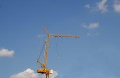 De bouw van de Crainbouw in blauwe hemel Stock Foto