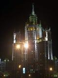 De Bouw van de Dijk van Kotelnicheskaya bij de nacht Royalty-vrije Stock Afbeeldingen