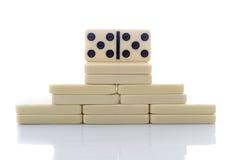 De bouw van de domino in de vorm van piramide op wit Royalty-vrije Stock Fotografie