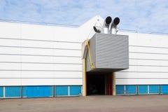 De bouw van de fabriek met een ventilatiesysteem Stock Foto's