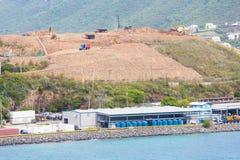 De Bouw van de heuveltop over Industriële Haven Royalty-vrije Stock Foto's