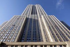 De bouw van de imperiumstaat gezien van 34ste straat en blauwe hemel Royalty-vrije Stock Foto's