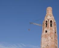 De bouw van de kerk. Opheffende kraan. Stock Foto's
