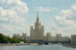 De Bouw van de Kotelnicheskayadijk, de Brug van Bolshoy Ustinsky en Royalty-vrije Stock Afbeeldingen