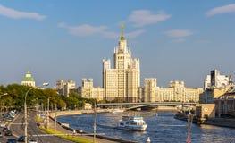 De Bouw van de Kotelnicheskayadijk in Moskou Stock Foto's